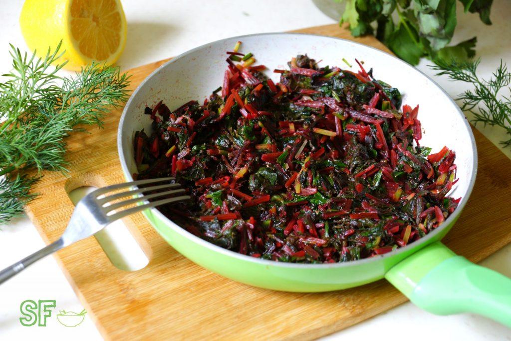 Ее зелень можно добавлять в салаты – это способствует укреплению органов пищеварения, а также уменьшает стрессы в организме, благодаря обильному содержанию витаминов и полезных микроэлементов.